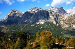 Herbstfarben in den Dolomit stockbild