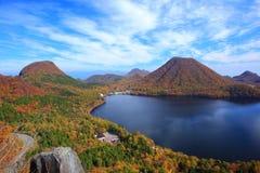 Herbstfarben des Berges und des Sees Stockfotografie