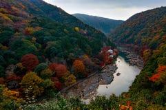 Herbstfarben entlang Katsura River im Arashiyama-Bereich von Kyoto, Japan gleich nach Sonnenuntergang lizenzfreie stockbilder