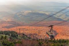 Herbstfarbjahreszeit von Hakkoda-Berg und von Drahtseilbahn, die zum Gipfel reiten Stockfotografie