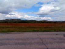 Herbstfeld am Fuß der Hügel stockfoto