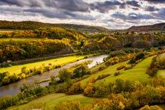 Herbstfelsenlandschaft und -fluß Stockbilder