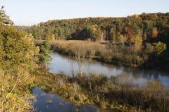 Herbstfluß und -landschaft Stockfotografie