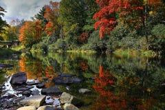Herbstflusslandschaft lizenzfreie stockfotos