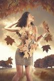 Herbstfrau stockfoto