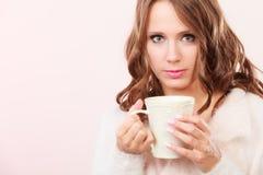 Herbstfrau hält Becher mit warmem Getränk des Kaffees Lizenzfreies Stockfoto