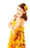 Herbstfrau im gelben Kleid von Ahornblättern Stockfotografie