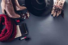Herbstfrauausstattung Satz Kleidung, Schuhe und Zubehör Stockfotos