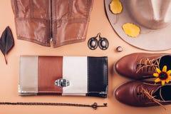Herbstfrauausstattung Satz Kleidung, Schuhe und Zubehör Stockfoto