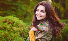Herbstfrauenporträt, das draußen am Park lächelt Lizenzfreie Stockfotos