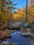 Herbstgebirgsstrom-Landschaftsansicht Blauer Ridge Mountains im Fall stockfoto