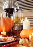 Herbstgedeck Braten die Türkei mit Gemüse- und Weinglas Stockfotos
