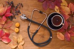 Herbstgelb lässt medizinisches Stethoskop c q stockfotografie