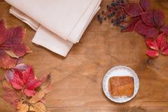 Herbstgelb lässt warmem Plaid geschmackvolles Muffin stockbild