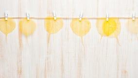 Herbstgelbblätter und Kraftpapierkarte Stockfoto