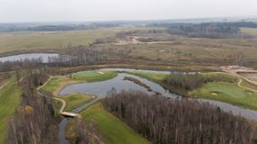 Herbstgolffeld auf Video der Draufsicht 4K UHD Seeufer Litauen-Luftbrummens Stockfotos