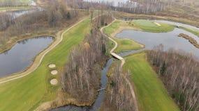 Herbstgolffeld auf Video der Draufsicht 4K UHD Seeufer Litauen-Luftbrummens Lizenzfreie Stockfotos