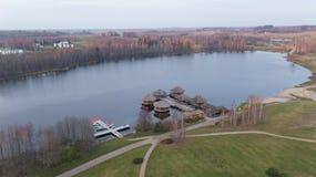 Herbstgolffeld auf Video der Draufsicht 4K UHD Seeufer Litauen-Luftbrummens Lizenzfreie Stockbilder