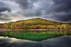 Herbsthügel-Seereflexion Autumn Landscape Lizenzfreie Stockbilder