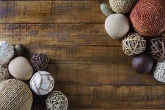 Herbsthintergrund mit den Verzierungen der nat?rlichen Faser, die rustikale h?lzerne Tabelle gestalten lizenzfreie stockbilder