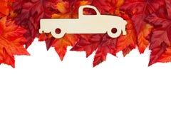 Herbsthintergrund mit einem hölzernen LKW der alten Mode mit Rotem und oder lizenzfreie stockbilder