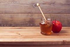 Herbsthintergrund mit Honig und Apfel Stockbilder