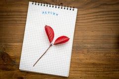 Herbsthintergrund mit Notizbuch auf einem hölzernen Stockfotos