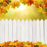 Herbsthintergrund mit Zaun Stockfotos