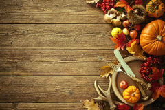 Herbsthintergrund von gefallenen Blättern und von Früchten mit Weinlesewinkel des leistungshebels Stockbild