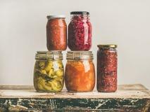 Herbstin Essig eingelegtes oder gegorenes buntes saisonalgemüse in den Glasgefäßen lizenzfreie stockfotos