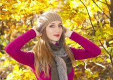 Herbstjahreszeitmädchen stockfotos