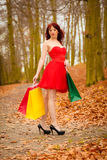 Herbstkäuferfrau mit Verkauf sackt im Freien im Park ein Stockfotos