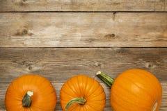Herbstkürbis auf rustikalem Holz lizenzfreie stockfotos