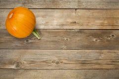Herbstkürbis auf rustikalem Holz lizenzfreie stockbilder