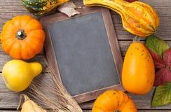 Herbstkürbise auf Holztisch Stockfotos