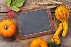 Herbstkürbise auf Holztisch Lizenzfreie Stockbilder