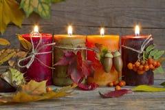 Herbstkerzen mit Blattweinlese-Zusammenfassungsstillleben Stockfotografie