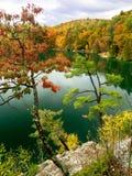 Herbstklippenansicht des rosafarbenen See Gatineau Parks Lizenzfreies Stockfoto