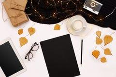 Herbstkonzept, getrocknete Fallblätter, Becher Kakao, alte Kamera, Schal und Tablette mit leerem Bildschirm Spott oben Stockbilder