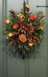 Herbstkranz auf Eingang orange Rosen Stockbilder