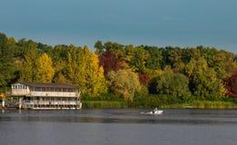 Herbstlandschaft - altes einsames Haus über dem Wasser Stockbild