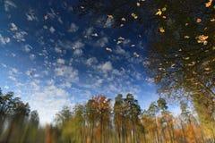 Herbstlandschaft auf der Oberfläche des Wassers stockfoto