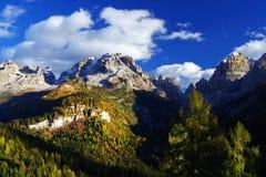 Herbstlandschaft in Brenta-Dolomit an einem schönen Tag Stockfotos