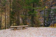 Herbstlandschaft in Brenta-Dolomit mit einer einsamen Holzbank an einem schönen Tag Stockfotos