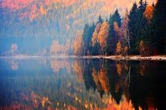 Herbstlandschaft in den Bergen - ` s St. Ana See, Rumänien Lizenzfreie Stockbilder