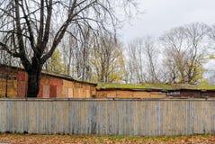 Herbstlandschaft in den Stadtränden der Stadt mit altem hölzernem Ba Stockfotos