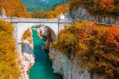 Herbstlandschaft der Soca-Fluss- und Napoleon-`s Brücke nahe Kobarid, Slowenien lizenzfreie stockfotos