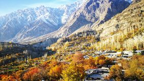 Herbstlandschaft des Ferndorfs im November von Hunza, Pakistan mit Bergen und Hintergrund des blauen Himmels stockfotografie