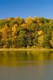 Herbstlandschaft durch See Stockfotografie