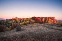 Herbstlandschaft in einem Bergdorf am Abend Stockbilder